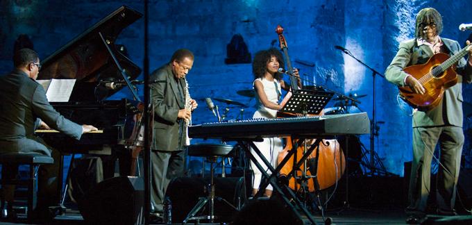 (слева направо) Herbie Hancock, Wayne Shorter, Esperanza Spalding, иMilton Nascimento выступают наAll-Star Global Concert-2013