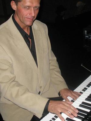 MJF2014-participant-laszlo-kamaker-kamaker-piano-united-states_300x400